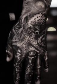 几张写实大黑手背纹身作品图