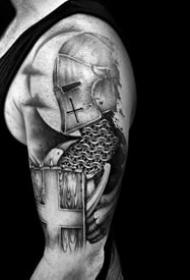 適合男性的黑灰武士的盔甲盾牌紋身圖案作品