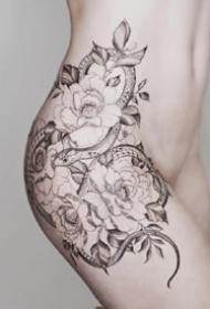 女性侧腰大年夜腿部的唯美花朵纹身图案