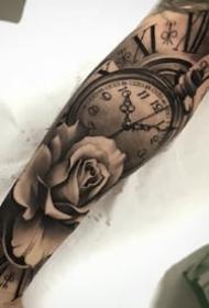 手臂胳膊上的歐美黑灰鐘表玫瑰紋身圖案9張