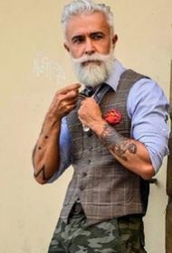 一组国外的帅气纹身老大叔写真摄影图片