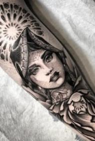 一组手臂上的黑灰欧美女性肖像纹身图案