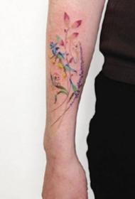 女生手臂手腕上的彩色小花卉纹身图案图片