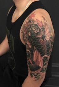 传统风格的几张鲤鱼大臂纹身图案作品