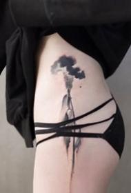 女性侧腰大腿处性感的中国风水墨纹身图案