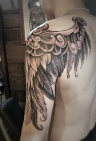 大臂肩部的一款黑色翅膀紋身作品圖案