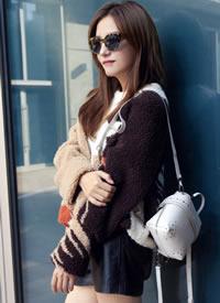 赵薇身穿18秋冬系列拼色毛衣搭配粉色流苏运动鞋