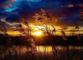 黄昏时分,斜阳余晖返照山光水色图片