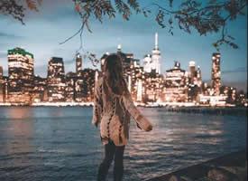 长发女生瞭望城市夜景高清壁纸大全