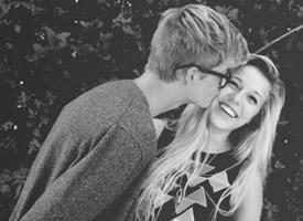 甜美情侣拥抱亲吻黑白图片