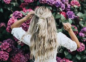 超浪漫花朵衬托女生背影图片