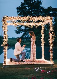 夜色降臨時開始一場浪漫的求婚拍攝圖片