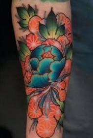 红绿搭配的颜色绚丽的花卉纹身图案作品