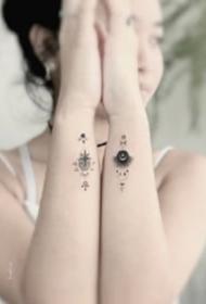 小清新风格的一组点刺小黑图纹身作品图片