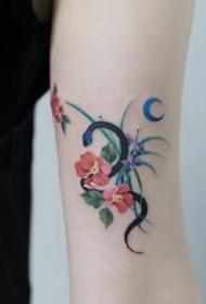 充满活力的小臂上彩色小清新纹身图案