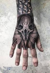 死黑手背纹身--从手臂到满手背的深黑色纹身图案