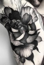 超黑色的点刺花卉纹身图案作品9张