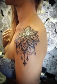一组肩部上的梵花图腾纹身图案作品