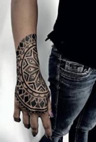 手背到小臂上的黑色点刺梵花纹身图案9张
