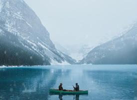 天幕下的銀峰雪色瑩藍,絨布冰川玻璃樣透明