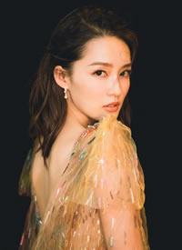 李沁薄纱钉珠长裙出席腾讯影视三周年活动图片