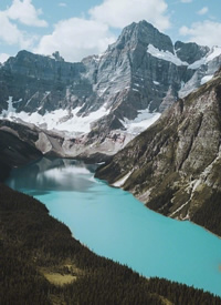 平地和湖边的完美结合构成的壮不雅气候图片