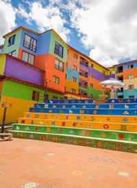 哥伦比亚小镇瓜塔佩 ,艳丽的色彩表现出了这里幸福的小生活