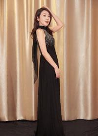 闫妮身穿Alberta Ferretti 秋冬系列黑色长裙
