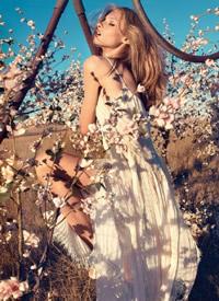 欧美气质女生室外花丛写真拍摄图
