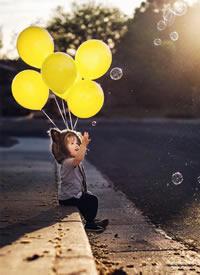 小朋友们拿着气球的唯美拍摄图片