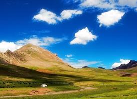 西藏,蓝天白云里夏天的圣湖