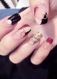 長指甲女生適合的鑲鉆美甲款式,顯得手指更加修長