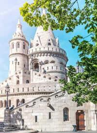 布达佩斯的夏天,天空浮着棉花团样的云朵,阳光怡人