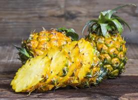 黃嫩嫩的果肉露了出來,一股芳香撲鼻而來的菠蘿