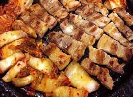 烤肉滋滋发出声响,一滴热油顺着饱满的肉的纹路慢慢滑下