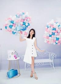 陈妍希一身白色裙装的她清新优雅,锁骨在自然散开的长发中若隐若现
