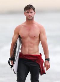 """冲浪男孩""""克里斯·哈姆斯·性感男神在线索命"""