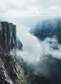 航拍下的山峰崇山峻岭高耸入云的风景图片欣赏