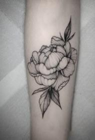纹在手臂胳膊上的黑灰素花花草纹身图案观赏