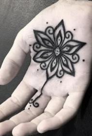 紋在手掌心里的創意黑色小紋身圖案