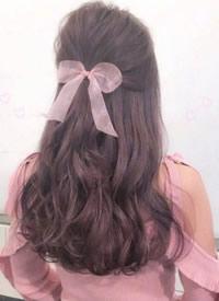 看外国小姐姐给我们展示发带的用法