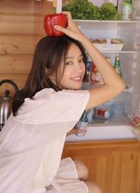 秦岚穿白色连衣裙清纯娇小的模样