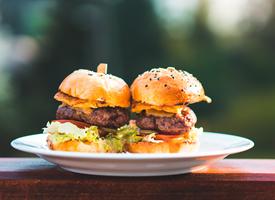 食用方便、風味可口的漢堡圖片