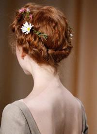 一组用鲜花当发饰的新娘唯美发型图片