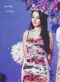 迪丽热巴 穿花裙子,头戴同色系花环,干净安静的样子如同月光仙子
