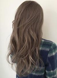 一组简单随性的长卷发女生发型参考