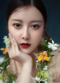 简单眼妆、气质红唇,可以演绎出鲜花造型的沉着复古