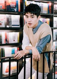 一组刘昊然在书店的胶片感拍摄图片