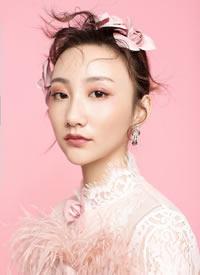 粉色系头花搭配简约抽丝发,简约时尚造型
