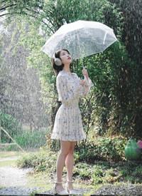 IU李知恩唯美雨天唯美戶外寫真圖片